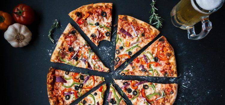 Obliba rozvozů jídla stále roste. U lidí vede pizza.